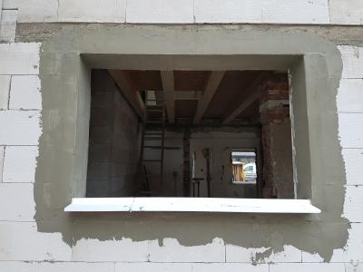 02 pripravený otvor na montáž okna aj s parapetným profilom.jpg