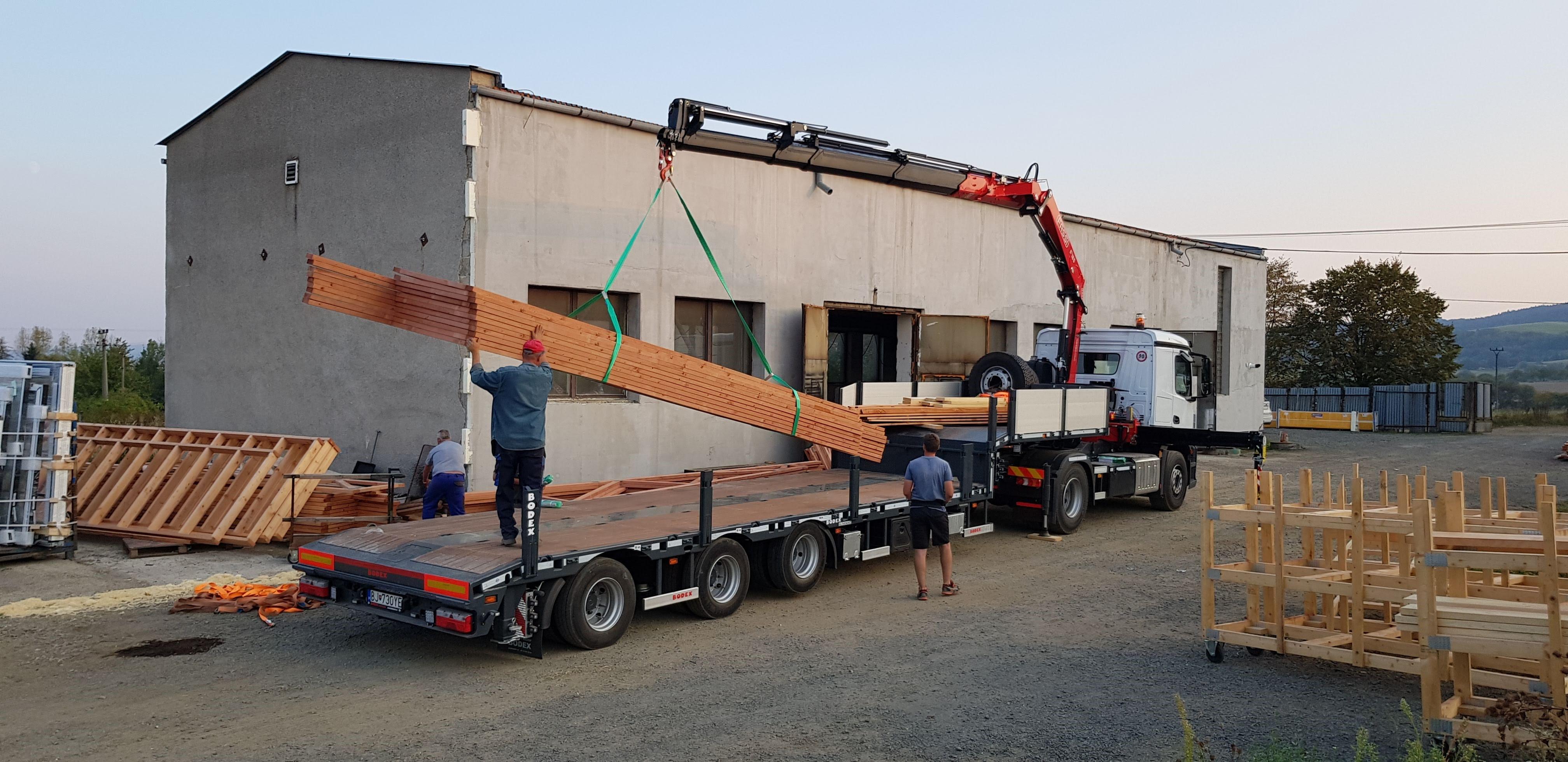 priehradove-vazniky-autodoprava-s-hydraulickou-rukou-tahac-strechy-5.jpg